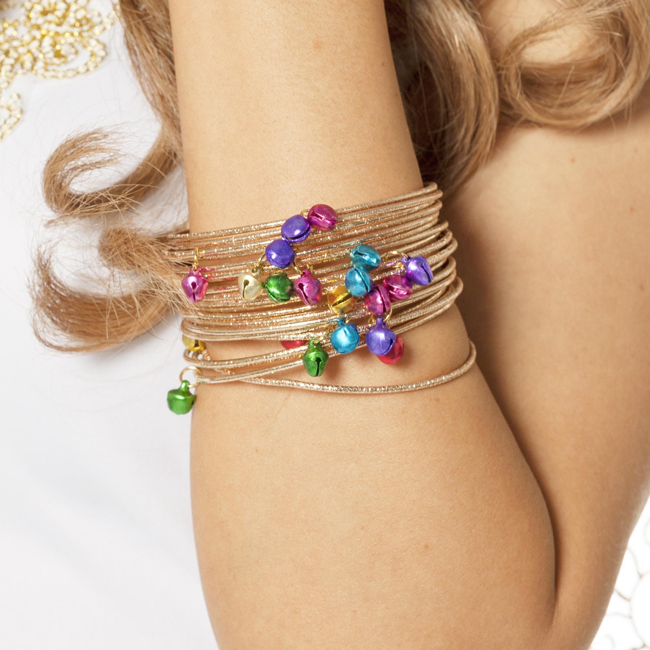 Armbanden goud met gekleurde belletjes