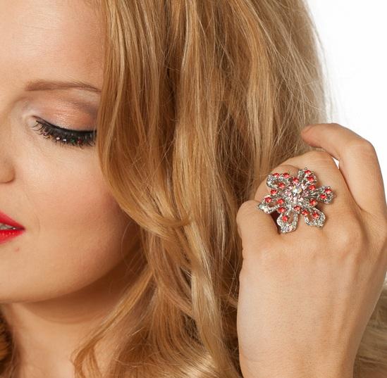 Ring bloem met rode steentjes zilver