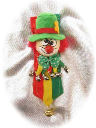 Broche clown op banner rood/geel/groen