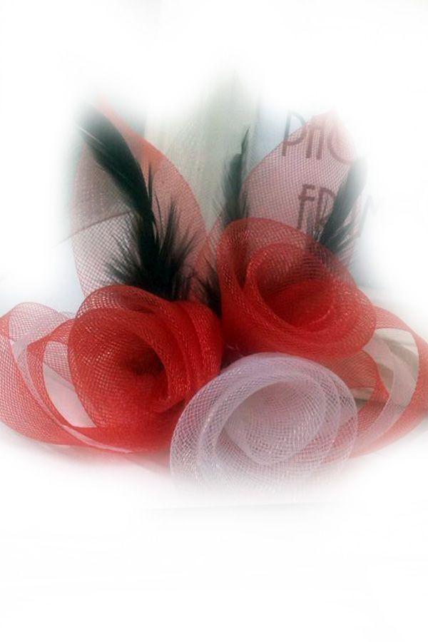 Broche tule 3 bloemen met veertjes rood-wit-rood